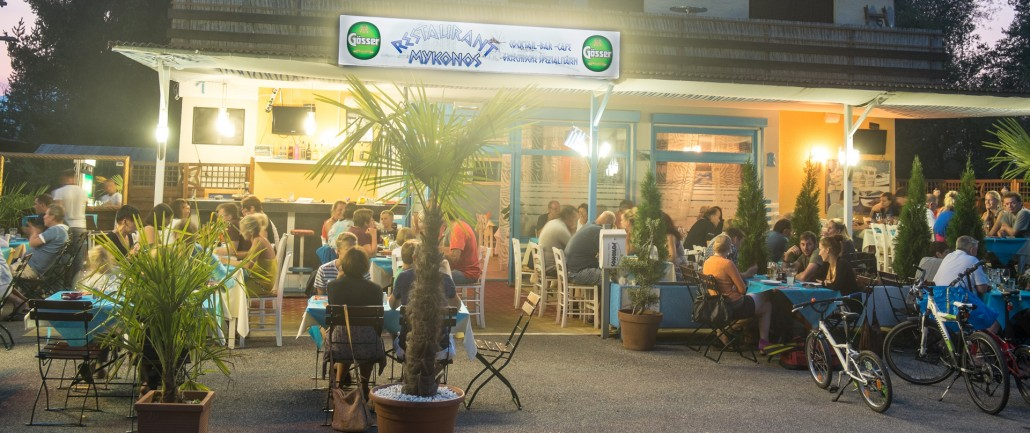 Terrasse des griechischen Restauraunts Mykonos am Faaker See mit Gästen am Abend