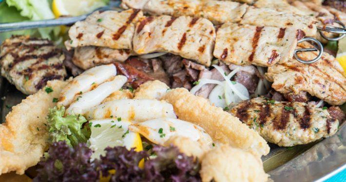 Silberplatte vom griechischen Restaurant Mykonos am Faakersee mit Kalamari und gegrilltem Fleisch