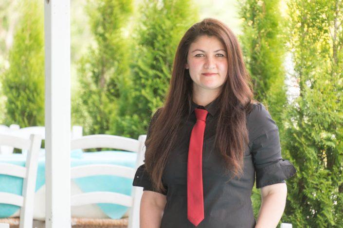 weibliches hübsches Servicepersonal vom griechischen Lokal Mykonos am Faakersee