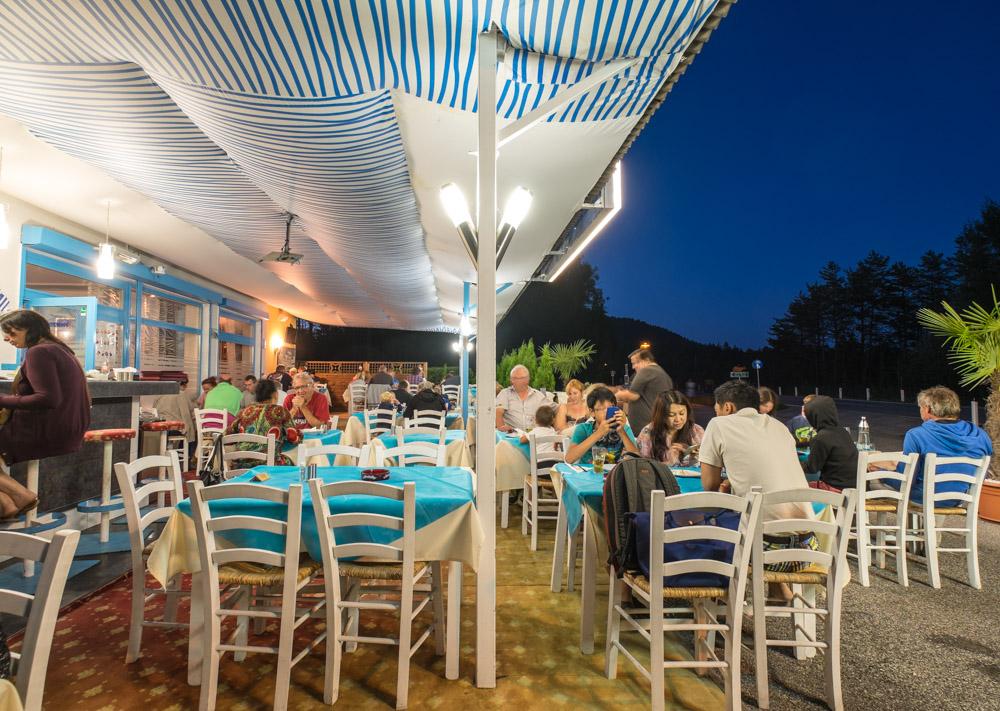 Gäste auf der Terrasse beim griechischen Restaurant Mykonos Faakersee beim guten Essen