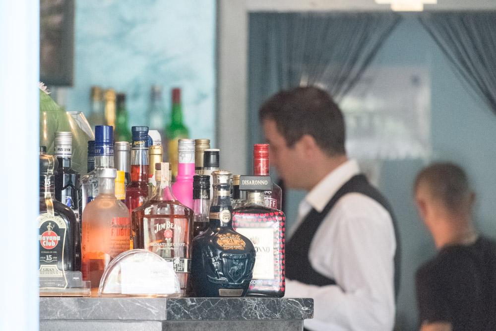 Gertränkeflaschen an der Theke des griechischen Restaurants Mykonos am Faaker See