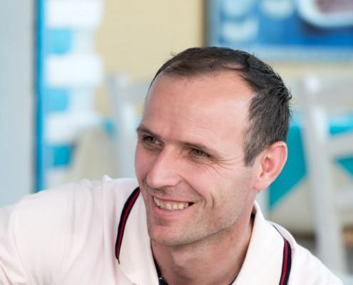 Portrait von Astrit, dem Geschäftsführer des griechischen Restaurants Mykonos am Faaker See