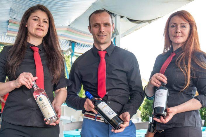 Astrit, Chef vom griechischen Restaurant Mykonos am Faakersee präsentiert mit seinen 2 Damen aus dem Service Wein und